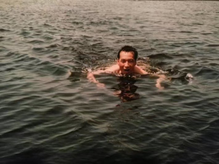 Liu XIaobo swimming 1991 by 王亚